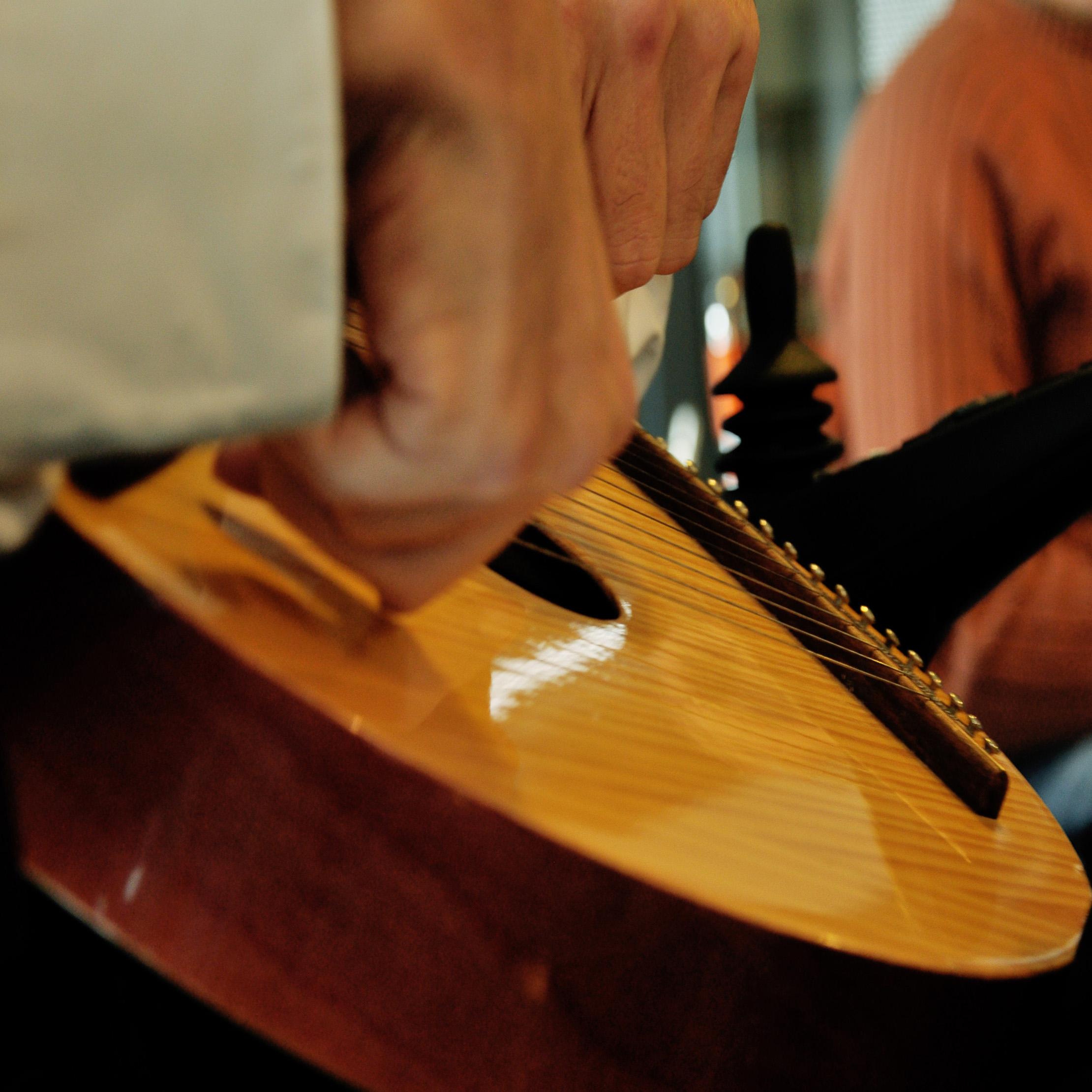 Animation GDF Suez : on voit des mains en train de jouer de la guitare