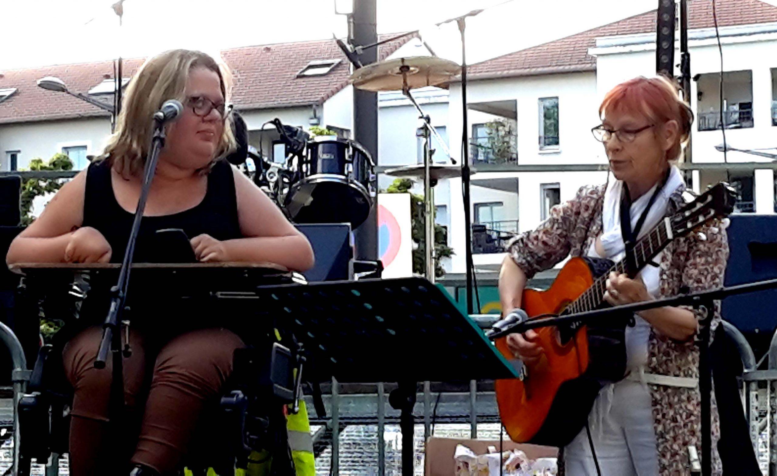 Elisa lors de la fête de la musique en 2016. Elle est sur scène aux côtés de Marie-Agnès, intervenante chez Léthé Musicale.