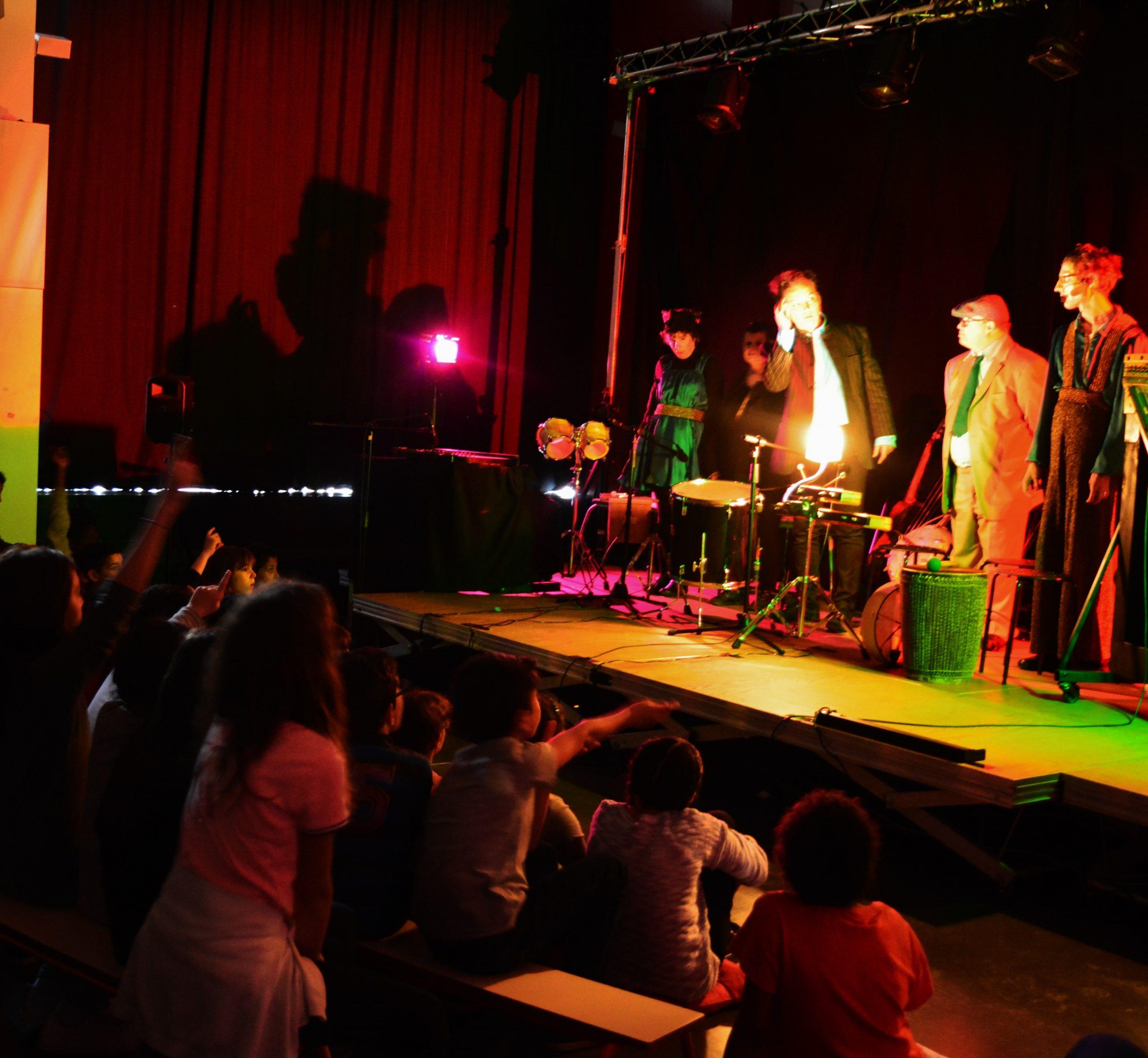 Chanteclair au pays des merveilles sur scène face à un public d'enfants