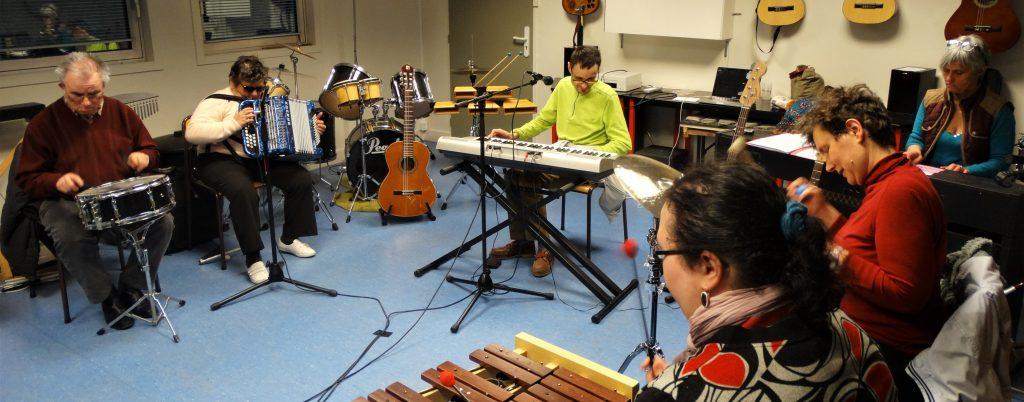 Planning des ateliers : photo d'un atelier de musique dirigé par Nathalie Rochet