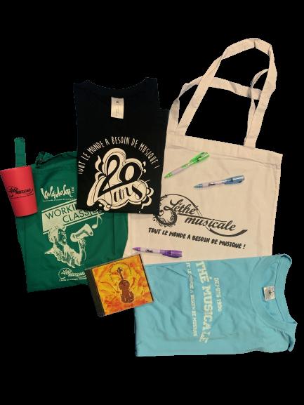 Photographie de nos différents produits dérivés : tablier vert, tshirt noir et bleu, sac blanc, gobelet rose, cd et stylos vert, bleu et violet